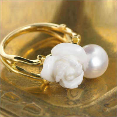 白珊瑚薔薇カーヴィング×南洋白蝶真珠7.5-8mmリング「ツインロザイオ」Twin Rosaio